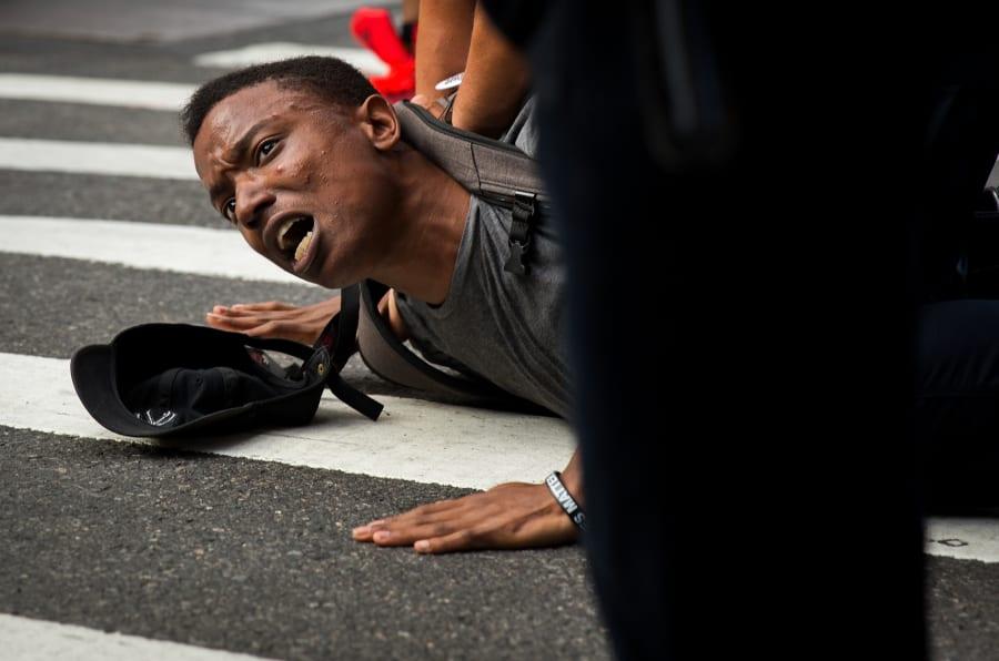 As imagens que escancaram o discurso de ódio que ainda vive em 2017.