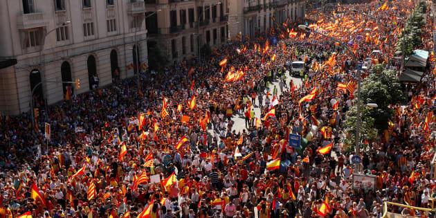 Catalogne: Des centaines de milliers d'anti-indépendance à Barcelone, Rajoy menace de suspendre l'autonomie