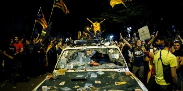 En riposte à l'arrestation de hauts responsables du gouvernement séparatiste de Catalogne, des milliers de manifestants ont occupé les rues de Barcelone mercredi 20 septembre.