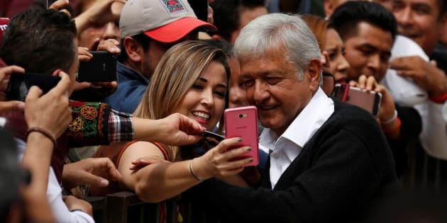 """El político tabasqueño ha señalado que planea invertir """"cuando menos mil 100 pesos mensuales, como en la Ciudad de México, para todos, incluidos los jubilados y pensionados del ISSSTE y del IMSS""""."""