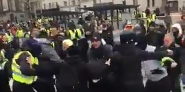 Sur ces images, un agent de sécurité accompagnant les journalistes de LCI est lynché par des gilets jaunes à Rouen.