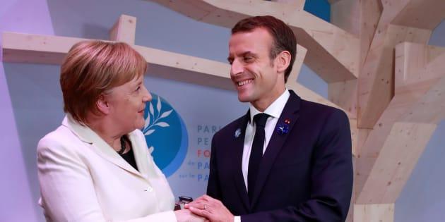 Angela Merkel et Emmanuel Macron échangent une poignée de main lors du Forum pour la Paix organisé à Paris dans le cadre des commémorations du 11 novembre.