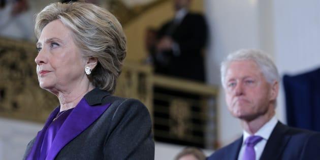 Hillary Clinton, accompagnée de son mari Bill, s'adresse à ses supporters et à son équipe de campagne après le résultat de l'élection présidentielle américaine, à New York, le 9 novembre 2016.