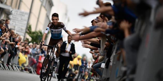 Les spectateurs du Tour de France 2018 encourage le Français Romain Bardet lors de la présentation des équipes jeudi 5 juillet.