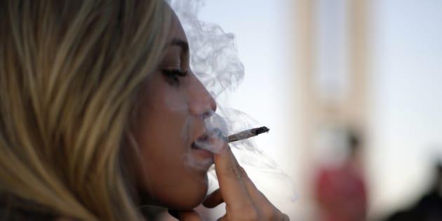 Une femme fume du cannabis lors d'une manifestation au Brésil.