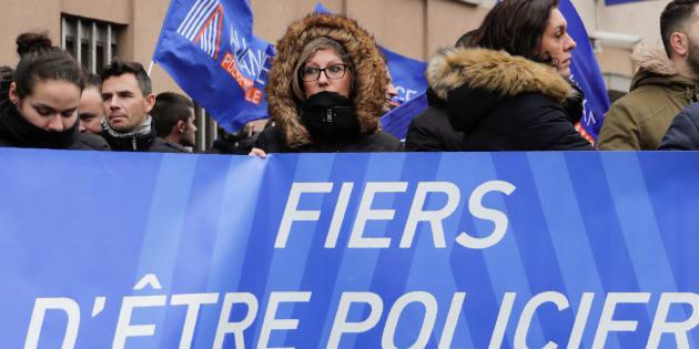 """Des membres du syndicat de policiers """"Alliance Police Nationale"""" se sont rassemblés pour manifester devant le commissariat de Champigny-sur-Marne le 2 janvier 2018, deux jours après les violences contre une jeune femme gardienne de la paix et son collègue officier de police."""