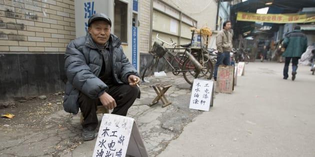 La très grande majorité des mingong vivent seuls, entassés dans des roulottes exiguës, faisant même la rotation dans des lits, car les chantiers parfois fonctionnent 24 heures sur 24.
