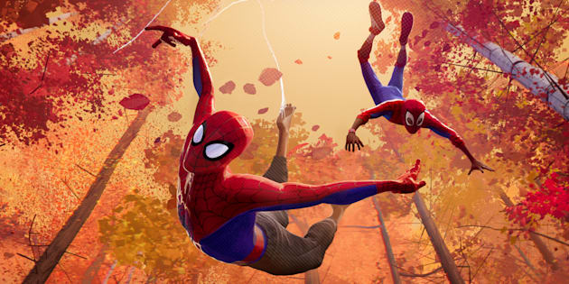 Animação leva às telas o Aranhaverso, onde diversos personagens, como Peter Parker e Miles Morales vestem o uniforme do Homem-Aranha