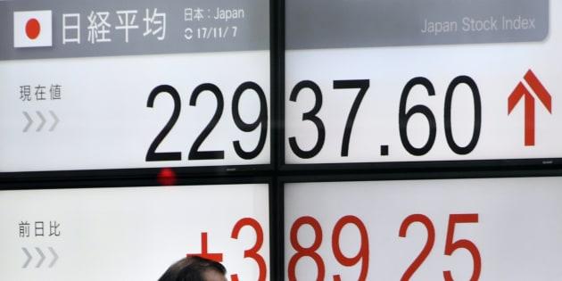 日経平均株価を示すモニター。11月7日の東京株式市場で、日経平均株価が2万2937円に。四半世紀ぶりの高水準となった。