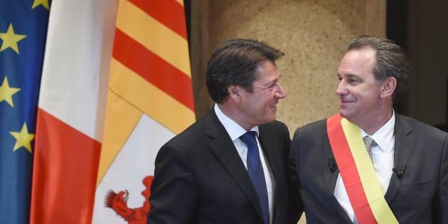 Renaud Muselier, président de la région Paca, accueilli par son prédécesseur au Conseil régional à Marseille, le 29 mai 2017.
