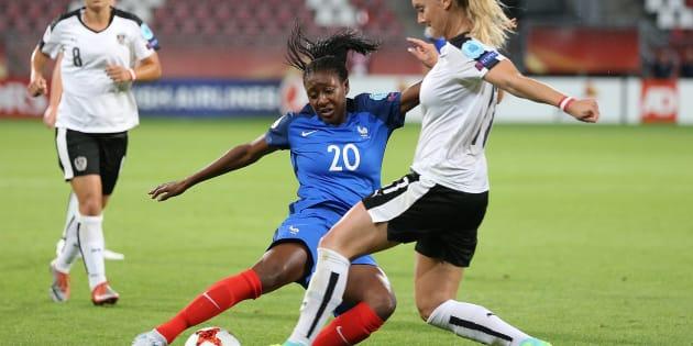 Kadidiatou Diani face à l'Autrichienne Viktoria Schnaderbeck le 22 juillet au Galgenwaard Stadium d'Utrecht, aux Pays-Bas.