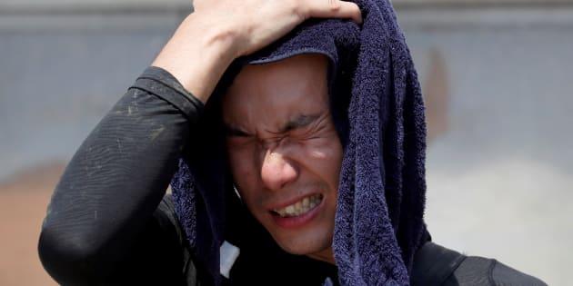 La canicule a déjà fait 80 morts au Japon. Ici, un bénévole résiste péniblement à la chaleur alors qu'il vient en aide à  la préfecture d'Okayama, touchée par des inondations.