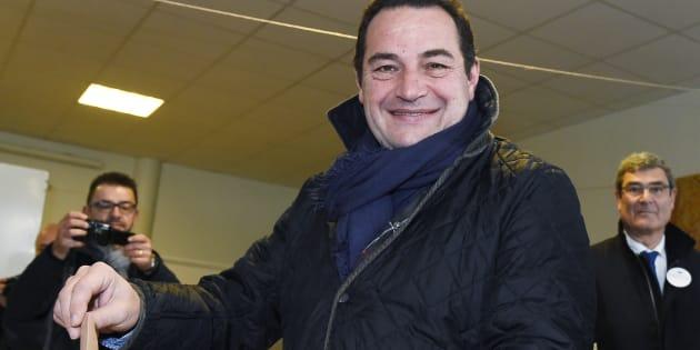 Le candidat à la primaire de la droite et du centre Jean-Frédéric Poisson vote pour le premier tour de la primaire, le 20 novembre 2016, à Rambouillet, près de Paris.