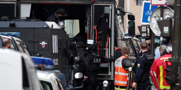 """Le """"forcené"""" interpellé après une prise d'otage à Paris transféré en psychiatrie."""