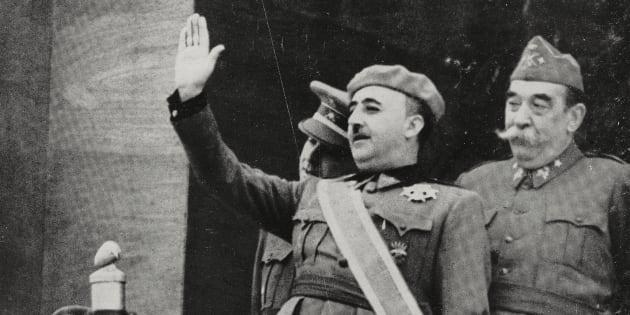 Francisco Franco saluda en el desfile para celebrar su victoria en la Guerra Civil, en 1939.