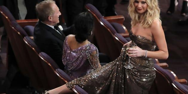 Jennifer Lawrence, déchaînée lors de la cérémonie, est tout simplement passée par dessus les sièges des Oscars avec un verre de vin.
