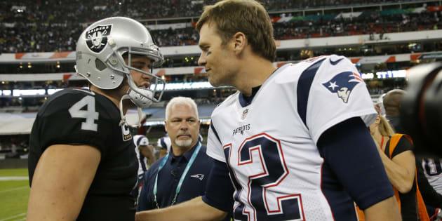 Tom Brady junto a Derek Carr