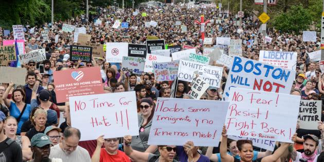 """La foule venue répondre aux manifestants pour """"la liberté d'expression"""" à Boston, le 19 août."""