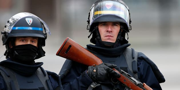 An Armed French policeman (L) and a CRS riot policeman secure the scene at the raid zone in Saint-Denis, near Paris, France, November 18, 2015 to catch fugitives from Friday night's deadly attacks in the French capital. REUTERS/Benoit Tessier