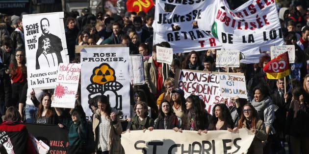Des étudiants manifestent contre la loi Travail, le 17 mars 2016 à Paris. REUTERS/Benoit Tessier