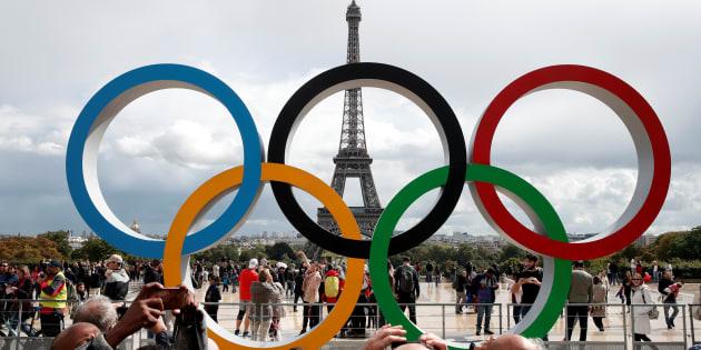Les anneaux olympiques devant la Tour Eiffel.