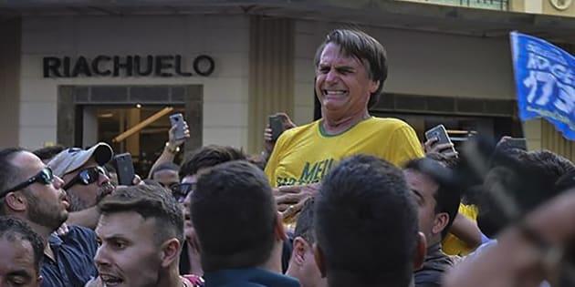 Jair Bolsonaro no momento em que foi ferido a faca, em Juiz de Fora (MG).