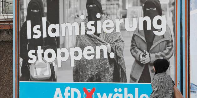 A AfD defende a expulsão rápida dos imigrantes ilegais e de refugiados que tiveram seus pedidos de refúgio negados.