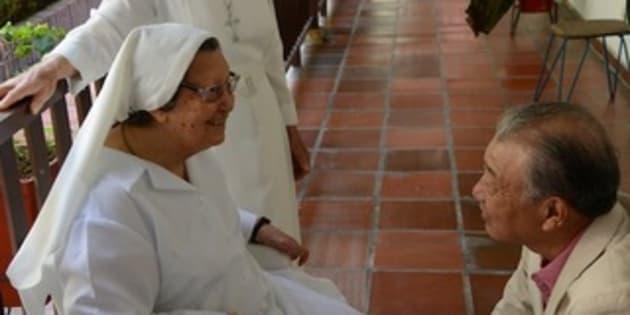 ハンセン病療養所のあったコロンビアのアグア・デ・ディオスで、回復者と話をする筆者(右)。療養所は、開設当初はカトリック修道会の奉仕によっていた。