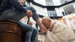 Très sensible par l'univers carcéral, le pape lave les pieds de