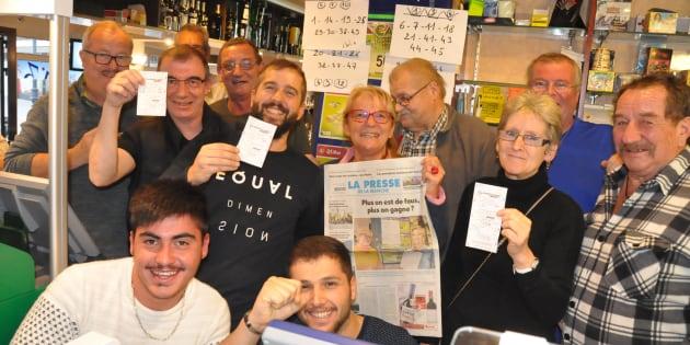 Le propriétaire du bar Le Colibri, Jean-François Lagarand, porte un tee-shirt noir avec des lettres blanches et brandit l'un des tickets mis en jeu mardi 26 septembre.
