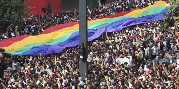 """Neste domingo, a 22ª edição da Parada desce a Avenida Paulista pedindo maior participação LGBT na política, com o slogan """"Poder pra LGBTI+, Nosso Voto, Nossa Voz""""."""