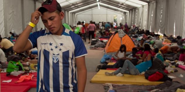 """Miles de migrantes hondureños pertenecientes a la caravana migrante continúan resguardándose en las inmediaciones del estadio Jesús Martínez """"Palillo"""", en Ciudad de México, el 6 de noviembre de 2018."""
