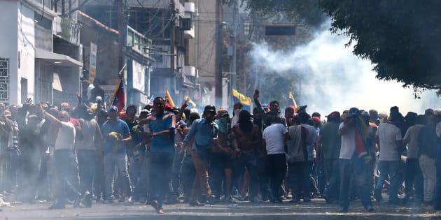 """Scontri al confine tra Venezuela e Colombia. Guaidò spinge per gli aiuti umanitari, Maduro: """"Intervento ..."""