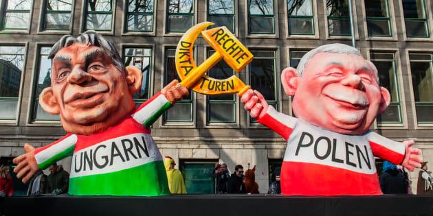 Muñecos de Orban y Kaczyński.
