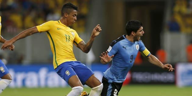 Luiz Gustavo au combat contre l'Uruguayen Luis Suarez.