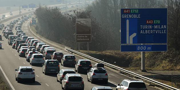 Trafic très dense sur les routes, Bison futé voit noir samedi dans les Alpes.