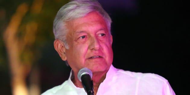 El candidato presidencial Andrés Manuel López Obrador transmite un mensaje luego de llegar al tercer y último debate en Mérida, Yucatán.