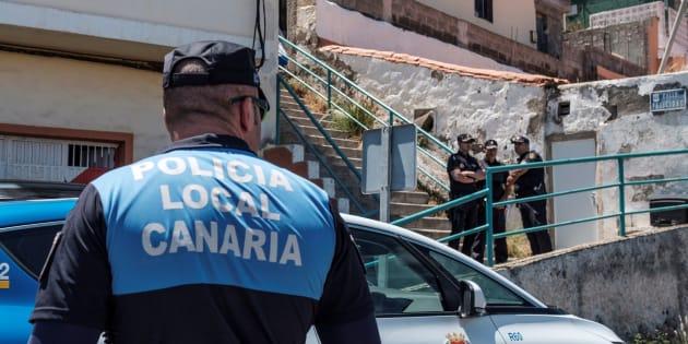Agentes de la Policía Local y de la Policía Nacional custodian la vivienda en la que se ha producido la explosión.