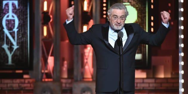 Robert De Niro hablando en el escenario con los puños al aire durante la 72 entrega anual de los Premios Tony en el City Music Hall de Nueva York.