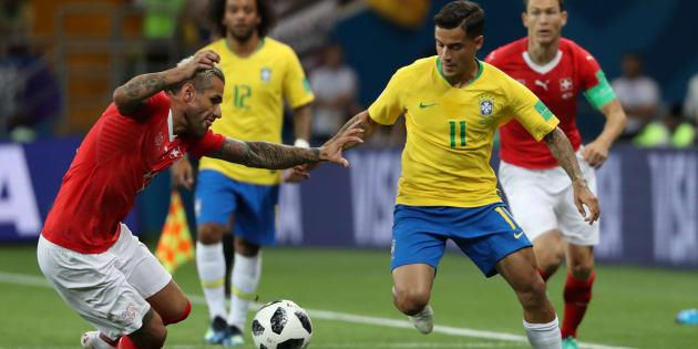 Valon Behrami face à Philippe Coutinho lors de Brésil-Suisse à Rostov le 17 juin 2018.