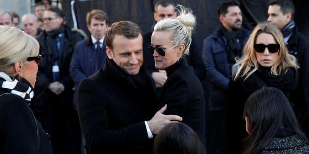 Emmanuel Macron aux côtés et de Laeticia Hallyday lors des funérailles du chanteur.