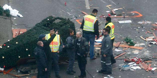 Des policiers sur les lieux de l'attentat, au marché de Noël de Berlin, le 20 décembre 2016. REUTERS/Fabrizio Bensch