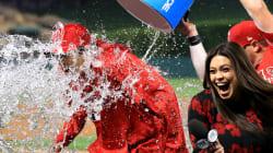 大谷翔平にメジャー流の祝福。インタビュー中にバケツの水をぶっかけられる(動画)