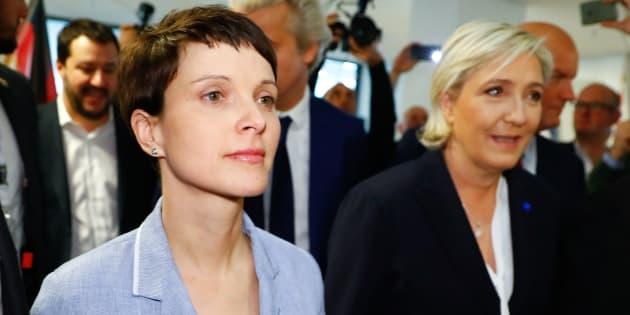 La dirigeante du parti populiste allemand AfD Frauke Petry et Marine Le Pen lors de leur alliance au Parlement européen.
