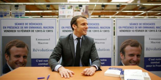 """Emmanuel Macron lors d'une séance de dédicaces pour son livre """"Révolution"""", à Saint-Pierre-des-Corps près de Tours, le 10 février 2017."""