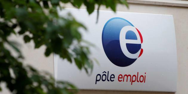 Un panneau Pole Emploi office à l'entrée d'une agence de Vincennes. REUTERS/Charles Platiau