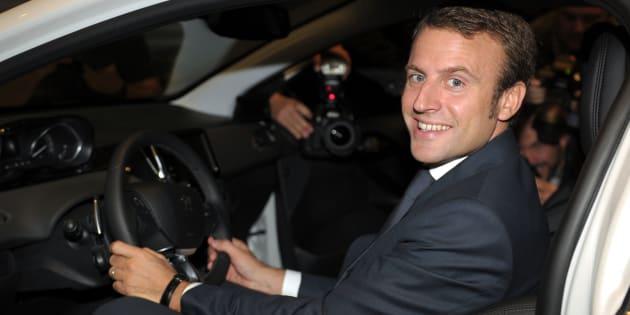 L'ancien ministre de l'économie et de l'industrie Emmanuel Macron au volant d'une Peugeot 208 Hybrid Air, concept car de Peugeot, le 30 septembre 2014. AFP PHOTO ERIC PIERMONT / AFP PHOTO / ERIC PIERMONT