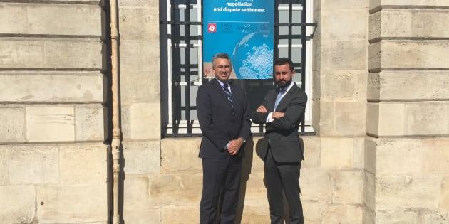 Le directeur des grands crus classés 1855, M. Sylvain Boivert, accompagné de M. Jean-Baptiste Thial de Bordenave (responsable du département Lexwine chez Inlex IP Epertise) devant le palais de la Bourse à Bordeaux.