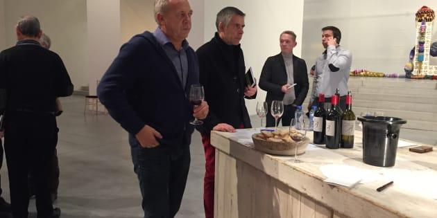 Stéphane Derenoncourt fait déguster les vins qu'il conseille