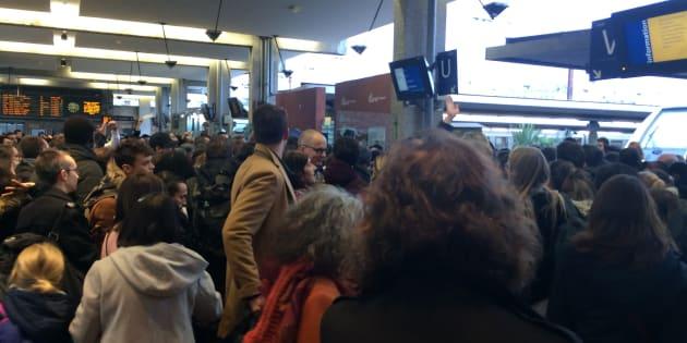 Le Huff Post                       Trafic SNCF Les gares de Paris en panique pour le weekend de Noël